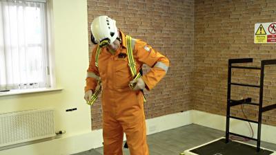 Adjusting the shoulder straps to an equal length on a safety harness