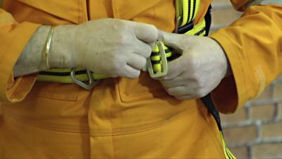 Connecting chest strap and position mid chest on a safety harness